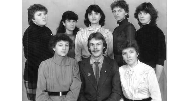 Az egyetemi csoporttársakkal (felső sor, balra a második)
