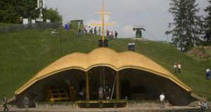A felújított Hármashalom oltár