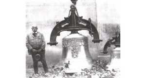 Egry Ferenc harangöntő mester 1931-ben Beregszászban, a református templomba készített harangok mellett.   (Fotó: www.karpatskijobjektiv.com)