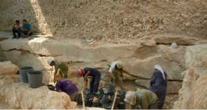 Kutatók vizsgálják a munkatábortól nem messze talált csontvázakat 2013-ban
