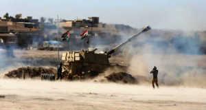 Az iraki hadsereg egyik páncélozott harci járműve (MTI/EPA/Ahmed Dzsalil)