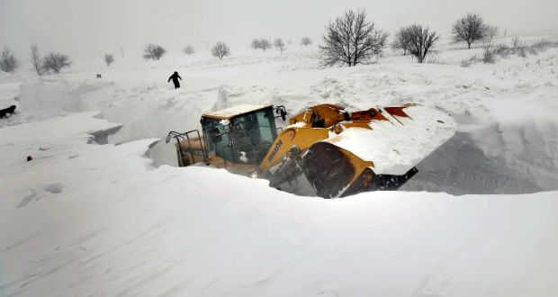 Markológép vág utat a négyméteres hóban (MTI/EPA/Robert Ghement)