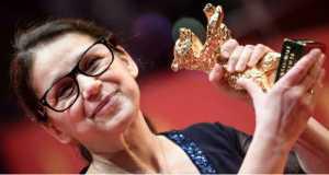Enyedi Ildikó a legjobb filmnek járó Arany Medve díjjal a 67. Berlini Nemzetközi Filmfesztivál díjkiosztó ünnepségén 2017. február 18-án. Enyedi a Testről és lélekről című alkotásáért részesült az elismerésben. (MTI/EPA/Clemens Bilan)