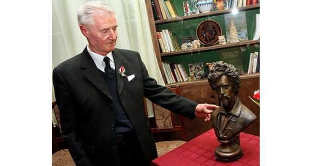 Lieber Ferenc a Petőfi-szoborral (Fotó: www.magyarno.com)