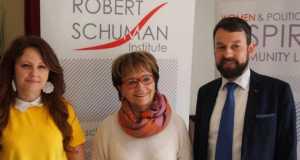 A képen Berczel Gábor, a Robert Schuman Intézet megbízott igazgatója, Doris Pack, az Európai Néppárt Női Tagozatának és a Robert Schuman Intézetnek az elnöke, valamint Fábián Beáta, a KMKSZ ISZ elnökségi tagja