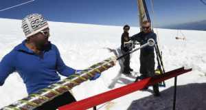 Jégmintát nyernek ki az Ice Memory-misszió szakemberei 2016-ban a Mont Blanc-on. (Fotó: AFP)