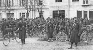 A 14. kerékpáros zászlóalj Técsőn 1939. március 16-án (Fotó: www.honvedelem.hu)